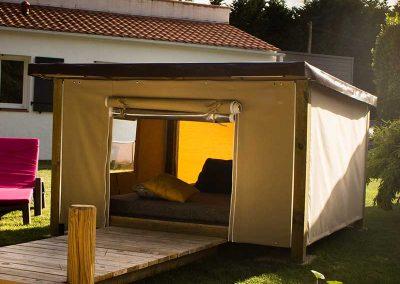 Tente Mataï à ossature bois avec ponton d'accueil et aménagement intérieur