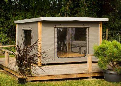 Tente Mataï à ossature bois avec une terrasse en bois périphérique